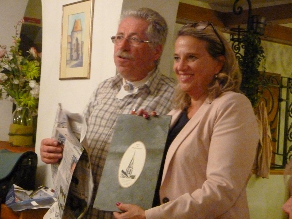 Franz Dürsch übergibt einen Gruß aus der Partnerstadt Puiseaux in Frankreich an Silvia Zeisel